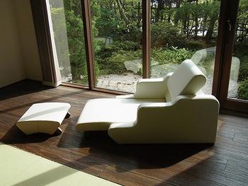 1人掛けのフロアソファ。くつろぎ方に合わせて、背や座⾯を調節できるものを選べば、自分自身の快適な座り心地を楽しめます。曲線的なフォルムが和を感じさせてくれます。
