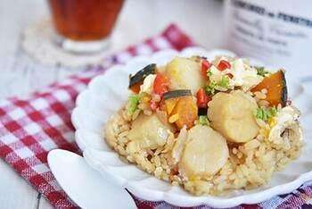 ぷりぷりとしたフレッシュな食感が美味しいホタテ。お刺身で生のまま食べるほか、軽くソテーして風味付けするのもいいですね。ご飯に炊きこんでも滋味あふれる貝の美味しさを楽しめます。覚えておきたいホタテのレシピをご紹介していきます。