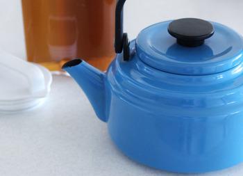 どっしりとした佇まいですが、大きすぎず手に取りやすいサイズなのでお茶を淹れるとき、白湯づくりにもぴったり。キッチンに置いておくだけで様になるアイテムです。