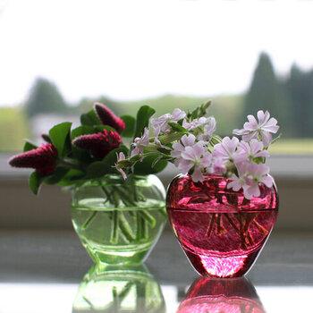 伝統的な宙吹きの技法で作られた津軽びいどろのボウル。コロンとしたフォルムは可愛らしく、有機的で鮮やかな色合いは光を受けるとはっとするほど美しい。季節の花をほんの少しだけ添えて。心が潤う光景です。