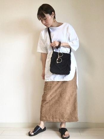ジャガード柄のちょっぴり個性的なタイトスカートには、インパクトのあるアシメントリートングサンダルを合わせて。重厚感のある布にも負けない存在感を示してくれます。足元に重さを持ってくると、全体のバランスが安定しますね。