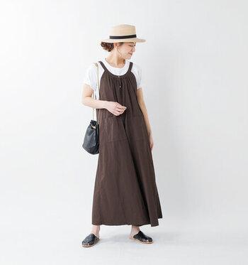 編み上げのレザーフラットサンダルは大人の女性らしいこなれ感を出すのにぴったりのアイテムです。ゆったりとした優しいフォルムのワンピーススタイルに、重厚感のあるサンダルの艶めきがとても素敵です。