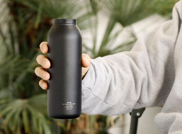 ボトル内側のステンレスの表面は、電解研磨を施して表面を磨き込んでいるので、汚れが付きにくく、飲み物のニオイ移りも抑えられています。コーヒーやスポーツドリンク、果汁ジュースなど気にせず入れられるので、オフィスでのボトルとしても、しっかり活躍してくれそう。