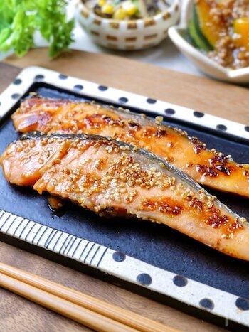 """ここからは焼き魚のレシピをご紹介!こちらは、ほんのりとした甘さが美味しい、""""鮭のごまみりん漬け""""です。一度下味をつけるために冷凍し、翌日解凍させたらグリルまたはフライパンで焼きます。朝ごはんにぴったりの一品です♪"""