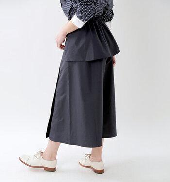 コットンのようにも見えるマットな質感に、しっかりと撥水加工を施したスカート。ウエストの位置を少しずらしたり、ヒップがペプラムデザインになっていたりと、さりげない大人の遊び心が特徴です。ヒップ部分はメッシュになっているので、汗をかいても快適に着用できるのがうれしいポイント♪