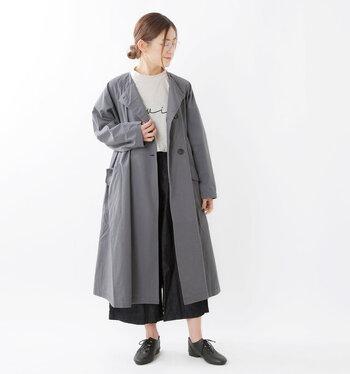 撥水加工を施したロング丈のコートは、程よくハリ感のあるコットンツイル素材を使用。デイリー使いのコートとして使えるデザインなので、雨の日にしか使えないレインコートは買いたくないという方にもおすすめです。