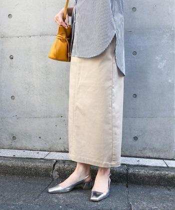 雨の日はロングスカートを履くのをためらってしまいがちですが、撥水性と通気性を両立させたこちらのタイトスカートなら安心して着用できます。腰回りからヒップにかけて、ラインがキレイに出るようにとこだわったシルエットも特徴。合わせるアイテムを選ばないので、さまざまなテイストで着こなせます。