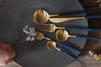 ゴールドメッキに、木製のような樹脂製ネイビーハンドルを合わせたGOAシリーズ。ブルー&ゴールドの高級感あふれるカラーリングは、真っ白な器に映えるデザインです。デイリー使いにはもちろん、おもてなし用として揃えておくのもおすすめ。