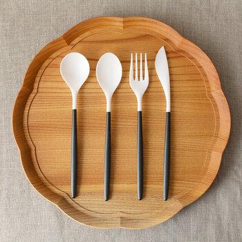 磁器とジルコニアを素材に採用した、シンプルでスタイリッシュなデザインのカトラリーです。一般的な金属製のカトラリーと比べると、50%ほどの軽量化を実現。金属イオンを放出しないジルコニアを使用しているため、金属製のカトラリーは味が気になるという方にもおすすめ。白と黒のツートンデザインは、テーブルに並べるだけでおしゃれな雰囲気に♪
