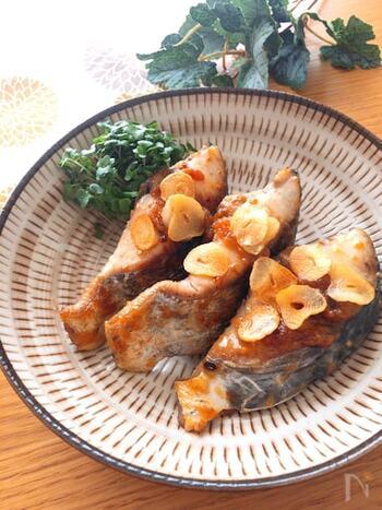 """ごはんにもよく合う、""""さわらのガーリック味噌マヨ焼き""""のレシピ。ガーリックオイルで焼くことで香ばしく仕上がり、箸が止まらなくなる美味しさです♪"""
