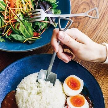 スコップの形をしたスプーンとフォークは、ガツガツと堀り進めていくような感覚で食事を楽しめるカトラリー。使い込んだようなヴィンテージ加工が施されているのも、デザインと合わさりおしゃれ度を高めてくれます。