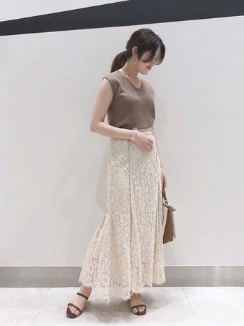 レディな気分を高めてくれるマーメイドラインのレースフレアスカート。繊細で華奢なストラップサンダルがとてもよく似合います。フラットサンダルは、ヒールの高いものよりもやわらかく、フェミニンな雰囲気になりますよね。