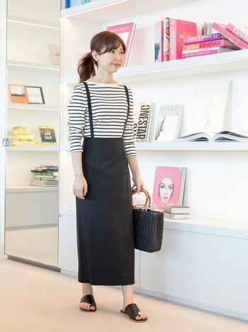 タイトスカートとフラットサンダルの色味を合わせると、落ち着きのある雰囲気を演出できます。ロングスカートからのひと続きとしてまとまり感を作れます。下半身がすっきりとまとまっているので、上半身に視線を集めることができます。