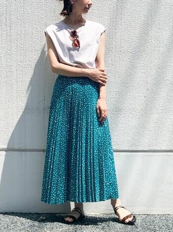 直線的なラインが美しいプリーツスカートは、風をうけて、ゆらっと揺れる様子が美しいですね。華奢なストラップサンダルとあわせて、足元により軽快な印象をあたえ、動きのあるスタイリングを楽しみましょう。  ペタンコなストラップサンダルは、シンプルなデザインで足のかたちをきれいに見せてくれます。こちらの商品は2WAY仕様になっているので、ストラップをかかと側に回せば、アクティブに動くことも。たくさん歩きたいときにもいいですね。