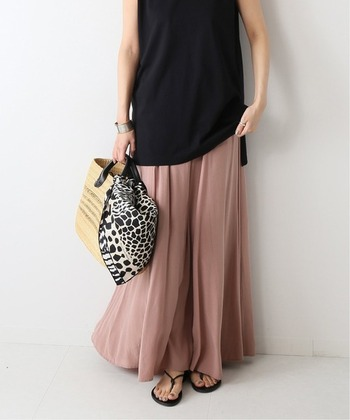 フルレングスのふんわりスカートには、まるで素足のような軽さのサンダルがよく合います。トップスとサンダルのカラーを揃えて、色を引き締めるとスカートの素材感が際立ちます。