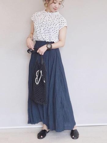 甲を覆うタイプのレザー調サンダルは、靴とサンダルの中間くらいの存在感。長めのロングスカートからちらりと覗くかかとの素肌が夏を感じさせてくれます。おでかけ仕様にも使えるサンダルコーデです。