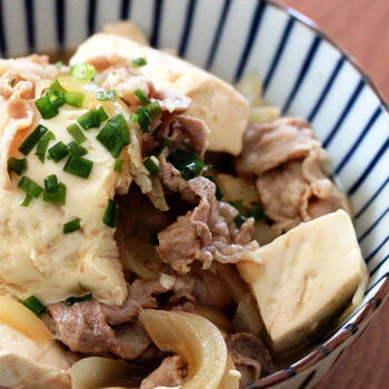 手軽な豚こま肉を使って、煮込み時間たった10分の簡単肉豆腐はいかが?時間があれば、一度冷ましてから温め直すとより美味しくなります。