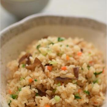 残った煮汁は、炊き込みご飯にすると無駄なく使い切ることができます。さまざまな素材のうまみがしみ出した煮汁に、オイスターソースを加えた中華おこわ風。間違いのない美味しさです。