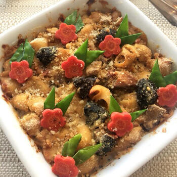 残った煮物を、洋風のグラタンにアレンジするのは目先が変わって新鮮ですね。煮物の里芋をつぶせば、いいとろみづけになります。