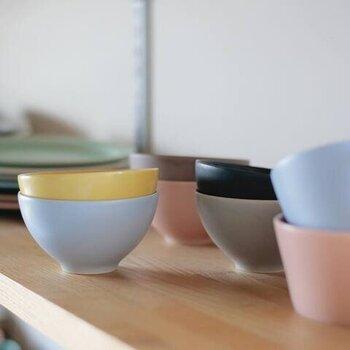 """職人さんの技術が活かされた器は、伝統技術を守りつつ現代の感覚も取り入れられており、和洋どんなインテリアにもすっきりとけ込んでくれます。また、""""毎日の生活を彩ってほしい""""という想いから、茶碗には珍しいカラーもあり、家族で色分けして使ったり、お客様用にいくつか揃えたりするのも良さそう。"""