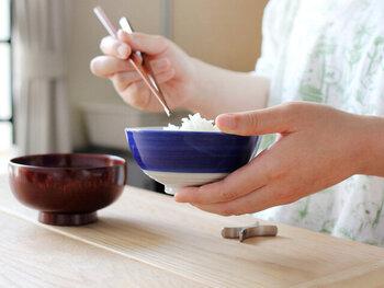 ヨシタ手工業デザイン室の吉田守孝氏が、コドモと一緒の暮らしを考えるプロジェクト「コドモノコト」の為にデザインしたお茶碗「くーわん」。子供も大人も使いやすいよう考え抜かれた形状と、シンプルながらも上品な青色が洗練された雰囲気を醸し出し、どんなインテリアにも似合いそう。