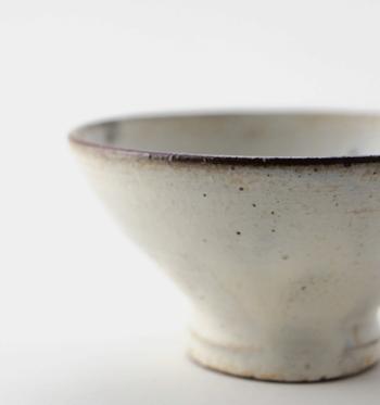 """""""手に持ち、口につける""""という動作で、和食器ならではの質感の良さや、日本食を美しく美味しく見せてくれるなどの、和食器の特徴を存分に味わうことのできる、岩崎晴彦さんの器「めし碗」。全体的にシンプルな佇まいの中に。美しい土の質感が光る独特の雰囲気が素敵。"""
