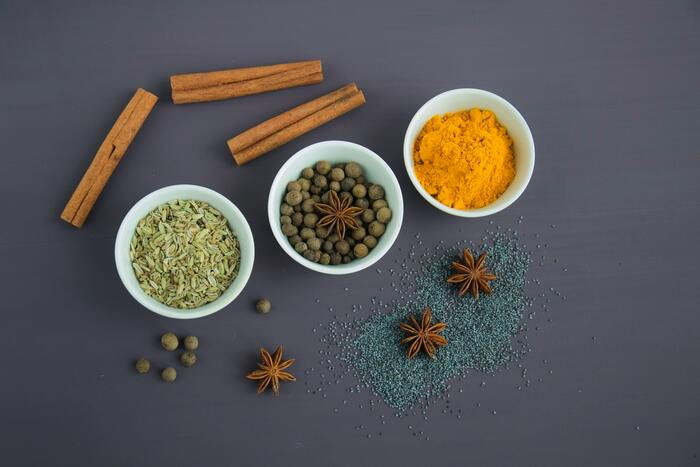 スーパーなどで手軽に手に入る市販のカレー粉は、数十種類のさまざまなスパイスやハーブが組み合わさってできています。カレー特有の黄色い色素成分を含むターメリックのほか、香りと辛みを担う素材をバランス良く配合。つまり、カレー粉とはカレー用に作られたものではなく、ミックススパイスなので他の料理にもどんどん活用できます。メーカーによっても内容は違うので、食べ比べてみるのも面白いですよ。