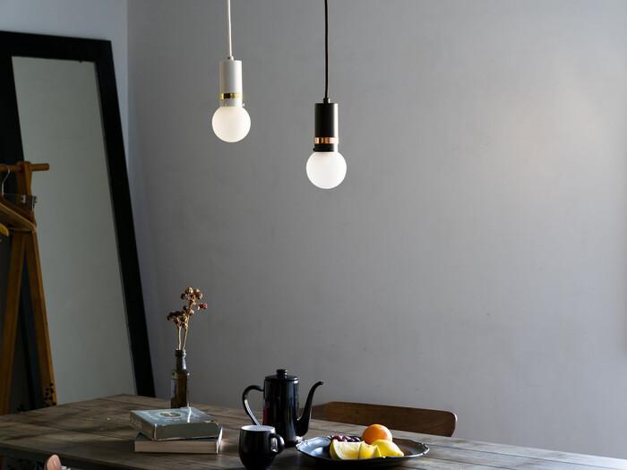 シンプルなペンダントライトは、モダンな部屋にぴったりのデザイン。カラーもホワイトとブラックなのですっきりと見えます。長さを変えて2つ並べると変化が出ておしゃれです。