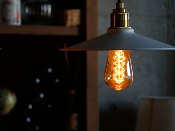 照明の選び方の基本は「1畳あたり30~40W」が目安。8畳なら合計で240~320Wです。電球のワット数を調べて、何灯必要か計算してみてくださいね。