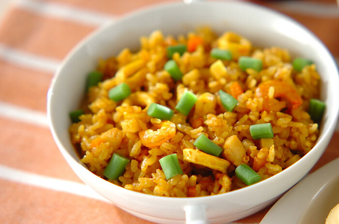 こちらはカレー粉とシーフードミックスを使った炊き込みご飯です。材料を準備しておけば、後は炊飯器をセットするだけ。合間にほかのおかずが作れます。調味料にはほかに、ケチャップやトマトペースト、チキンスープの素などを使っているので、オムライスのごはんなどいろいろアレンジもできそうです♪