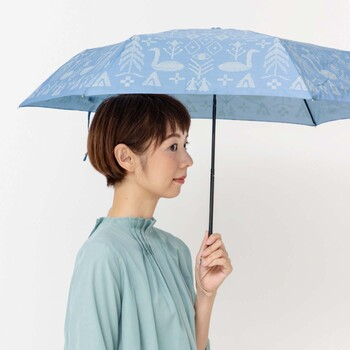 キュートな柄の折り畳み傘なら、急な雨でも軽やかな気持ちで対応できそう。重さも200g以下なので、バッグに忍ばせておいても気にならない重さです。