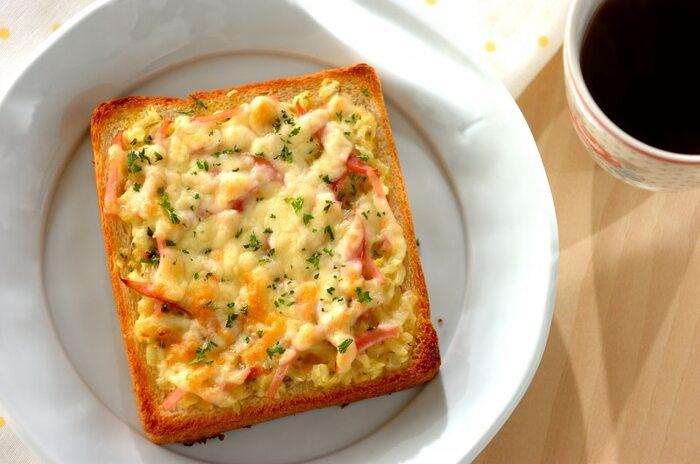 こちらは朝食におすすめのパンレシピ。自家製のタルタルソースの作り方もマスターできるので、ぜひほかのレシピにも応用してみてください。タルタルソースは作り置きできるので、前の日の晩に準備しておけば朝すぐに調理できるでしょう。カレー粉をタルタルソースに混ぜてパンに塗り、こんがり焼いたチーズトーストです♪