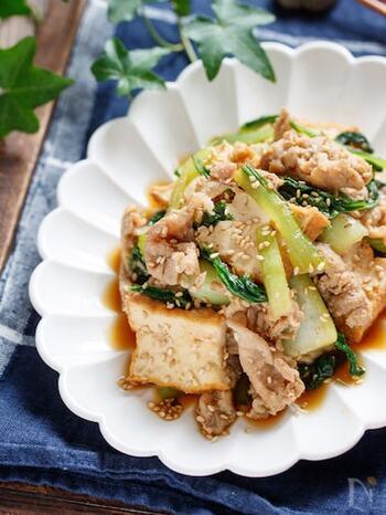 豚バラ肉のうまみと甘みが楽しめるシンプルなレシピです。ニンニクとショウガをたっぷり加えて食べ応えアップ! 豚肉に下味をつけて冷凍しておけば、約1ヶ月冷凍保存できます。  チンゲン菜も冷凍OKな食材。軽く茹でるか炒めて火を通したあと、金属トレイに乗せて急速冷凍させます。凍ったらフリーザーバッグに移して冷凍庫に入れておくと、食感が落ちづらくなります。こちらも冷凍で1ヶ月ほど持ちますよ!