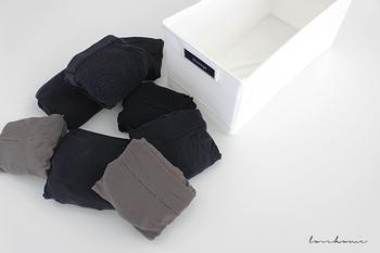 長いタイツやストッキングは、適当にクルクル巻きがちですが、ぴしっと角を揃えて畳むと綺麗ですよ。まずウエスト部分を折り返したら縦半分に畳み、今度は横に小さくなるまで畳んでいきます。最後にポケットを返して下部分を入れ込んだら完成!