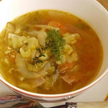 スープカレーが好きな人には、カレー味のスープもおすすめ。こちらは具だくさんのスープで食べ応えがあります。カレー粉のほかにフェンネルやタイムの葉を加えると、より風味がアップするのでお好みで加えてみてください。カレー粉は、スープを煮込んでなじんだ後の最後の方で入れます。パンと一緒に朝ごはんにも♪
