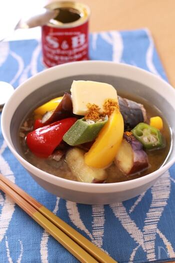 味噌汁にカレー粉を入れるのもアリ!こちらは夏野菜を使っていますが、季節の野菜でアレンジしても良いですね。だしは使わず、サバ缶を汁ごと使って味付けに生かしています。こちらもカレー粉は最後に、バターと一緒にトッピングするのがポイント。盛り付けてから加えるので、お好みで量を調整できます♪
