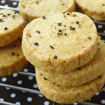 カレー粉を使ったおやつレシピにも斬新なものがいろいろありますよ。こちらは甘くないクッキーのレシピです。カレー粉のほかにターメリックをプラスするとカレーらしい黄色が出るのだそう。キレイに色付けするためには低めの温度で焼くのがコツです。生地は冷凍庫で保存できるので、作り置きしておけば食べたいときにすぐに焼けて便利♪