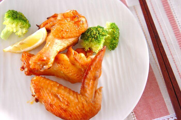 ナンプラーやレモンを合わせたエスニックだれに、手羽肉を漬け込み、オーブンで焼きます。手羽元と手羽先、違う部位を味わえるのもいいですね。簡単ですが、東南アジアの香りが楽しめます。