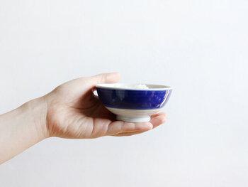 画像は小サイズ。お茶碗は持ち上げる際、すっと手が入りやすく作られており、お茶碗の下に回した指先が触れる部分には、細いみぞが付けられており、子どもに持ち方を教える際、指先の位置の目安になります。さらに滑り止め効果もバッチリ。