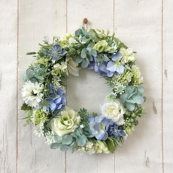 こちらも爽やかなデザインで、初夏の季節に飾りたい涼しげな作品です。全て造花で作られているそうなので、色褪せの心配なく飾ることができます。玄関などにも良いですね♪