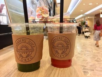 オーダーを受けてから搾ることにこだわる「FARMERS' JUICE TOKYO(ファーマーズ ジュース トーキョー)」では、ボトル1本につき約10分ほど時間がかかります。待っても飲みたいと、連日多くの方が訪れる人気店。