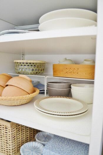 食器棚の出し入れしやすい段に、食器をカゴなどに入れてユニットで仕分けておけば、家族分のお茶碗をサッと取り出せます。また、休日など家族全員が揃って3食いただく場合など、そのままキッチンのテーブルの上に置いておけるのも魅力的です。