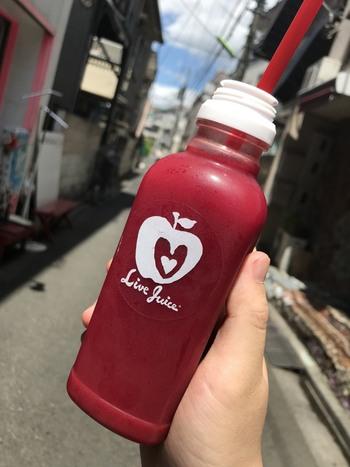 鮮やかな赤が特徴の「LIVE PURPLE」には、奇跡の野菜と呼ばれるビーツ入りで、抗酸化作用やアンチエイジング効果が期待できます。レモンやりんごなども入っていて飲みやすいですよ。散策のお供にいかがですか?