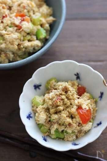 「豆腐の水切りが苦手……」という方、炒り豆腐に使うなら、沸騰したお湯で茹でて、しばらくザルに上げておくだけでもOK。ごま油で香り高く炒めましょう。味付けは焼き鳥缶にお任せで、失敗知らずです♪彩り豊かな夏野菜はお好みのものを加えてくださいね!