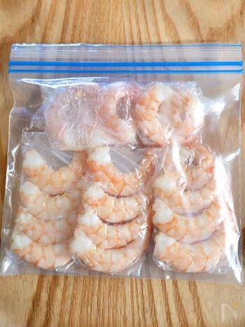 食品の保存の際に最も気を付けたいのが「殺菌の繁殖を防止する」こと。下味冷凍をする際は、いつでも清潔な容器を準備するようにしてくださいね。また、下ごしらえの際に使用する菜箸やトングも一緒に消毒しておくと、さらに安心です。  使い捨ての食品専用フリーザーバッグやラップを使用する場合は、袋の中や食材に触れる部分を素手で触らないようにして食材を保存しましょう。