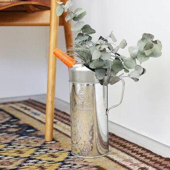 ドイツのヒューナースドルフ社のオイルカン。元々エンジンオイルを注ぐための道具だけど、花器として使うととてもおしゃれ。ブリキ製で安定感もあるので、床置きも気軽です。