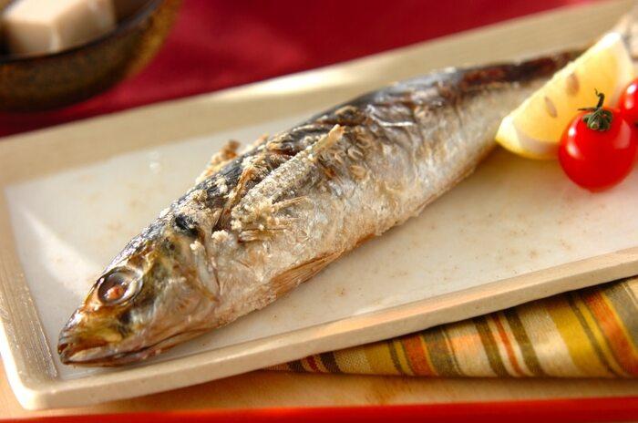 刺身やフライのイメージが強いアジですが、もちろん焼き魚にしても美味。焦げ付きやすい尾びれ、背びれ、腹びれは化粧塩をほどこして。こちらは魚焼きグリルではなくオーブンで焼き上げるレシピになっています。