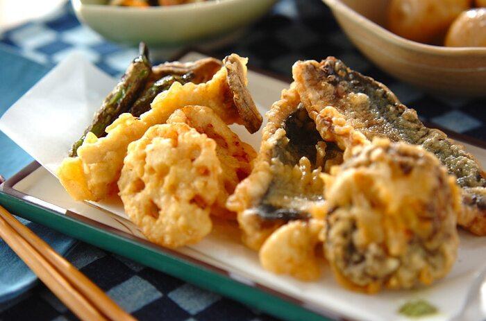 アジは味がふっくらしているので天ぷらにしても美味しく頂けます。3枚におろしたアジやレンコン、椎茸、エリンギなど野菜も揚げて、たっぷりの野菜とアジの天ぷらで豪華な食卓に。
