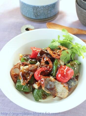 カラリと揚げたアジと野菜に甘酸っぱい黒酢あんを絡めた一品。お酢に含まれるクエン酸は疲労回復の効果があるので、疲れている時におすすめのレシピです。