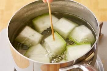 深めの鍋にたっぷりと水をいれて沸騰させたら、ちょっと塩もみ効果でしんなりした冬瓜を投入しましょう。  5分程ゆでて箸がスーッと入るくらいになったら、十分OKです。その後、冷たい氷水で引き締め、水気をきりましょう。